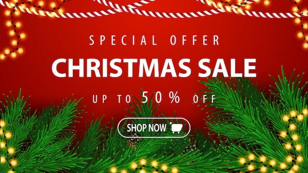 Sonderangebot, weihnachtsverkauf, bis zu 50% rabatt, schönes rotes rabatt-banner mit weihnachtsbaumzweigen und girlanden Premium Vektoren