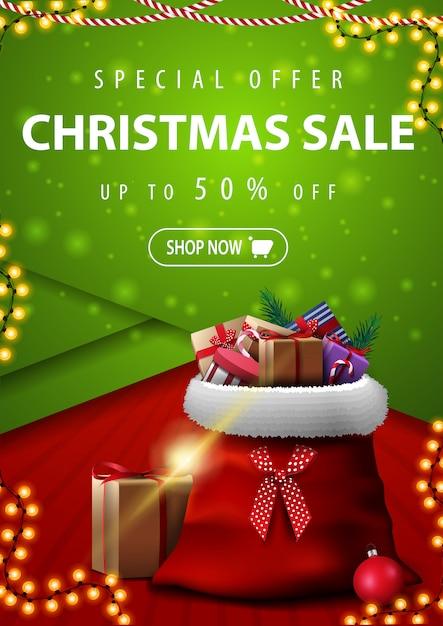 Sonderangebot, weihnachtsverkauf, bis zu 50% rabatt, vertikale rote und grüne rabatt-banner im material-design-stil mit santa claus-tasche mit geschenken Premium Vektoren