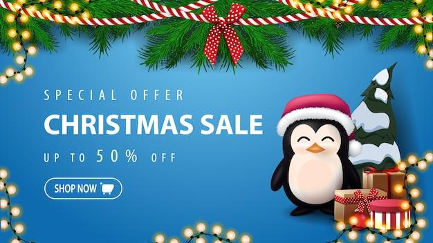 Sonderangebot, weihnachtsverkauf, blaue rabattfahne mit pinguin in santa claus-hut mit geschenken Premium Vektoren