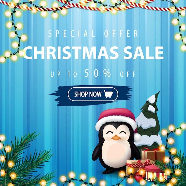 Sonderangebot, weihnachtsverkauf, quadratische blaue rabattfahne mit pinguin in santa claus-hut mit geschenken Premium Vektoren