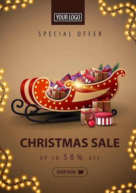 Sonderangebot, weihnachtsverkauf, rabatt-banner mit santa sleigh mit geschenken Premium Vektoren
