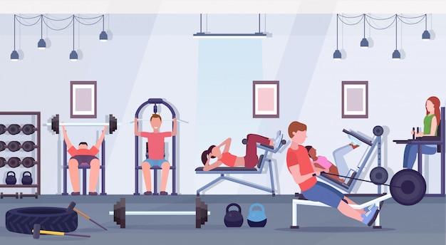 Sportliche leute, die übungen männer frauen, die zusammen an trainingsgeräten im fitnessstudio trainieren, trainieren gesunde lebensweise konzept modernen health club studio interieur horizontal Premium Vektoren