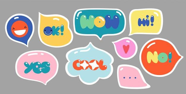 Sprechblasen mit text. bunte trendige buchstaben in verschiedenen formen. kreatives handgezeichnetes design-set. alle elemente sind isoliert. Premium Vektoren
