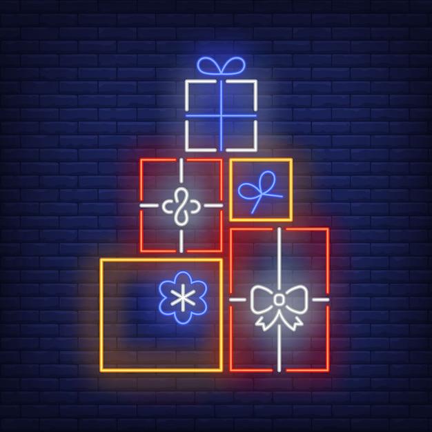 Stapel von geschenken in der neonart Kostenlosen Vektoren