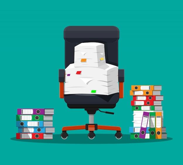 Stapel von papierdokumenten und aktenordnern. Premium Vektoren