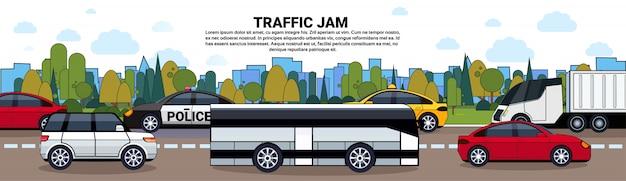 Stau mit autos und bus auf straße über stadtgebäuden Premium Vektoren