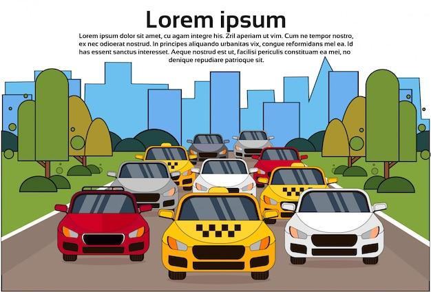 Straßenverkehr mit autos und taxis über stadt Premium Vektoren