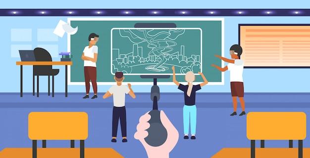 Studenten, die eine 3d-brille tragen, die den sturmtornado der virtuellen realität durch den smartphonebildschirm des headset vr digital technology concept auf dem innenraum des selfie-stick-klassenzimmers horizontal in voller länge betrachtet Premium Vektoren