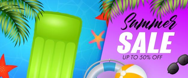 Summer sale schriftzug, schwimmfloß, seesterne und rettungsring Kostenlosen Vektoren
