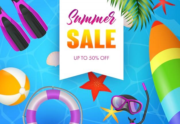 Summer sale schriftzug, tauchermaske, flossen und surfbrett Kostenlosen Vektoren