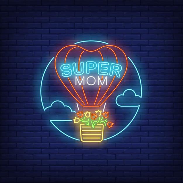 Super mutter neon text und heißluftballon mit blumen Kostenlosen Vektoren