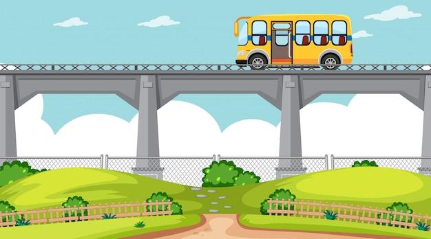 Szene der natürlichen umwelt mit bus durch die brücke Kostenlosen Vektoren