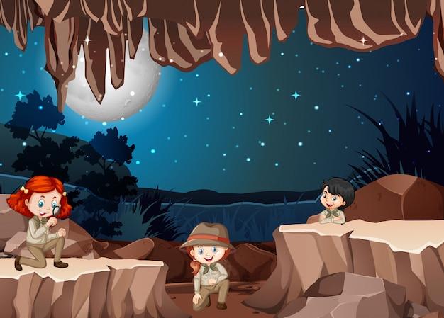 Szene mit drei kindern in der höhle Kostenlosen Vektoren