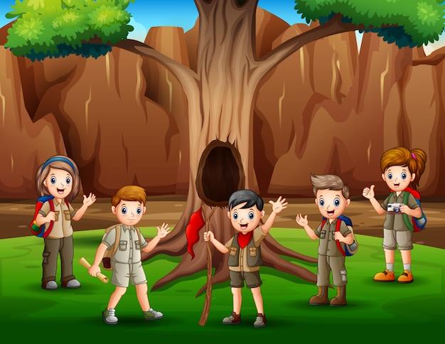 Szene mit vielen kindern in pfadfinderuniform-wanderillustration Premium Vektoren