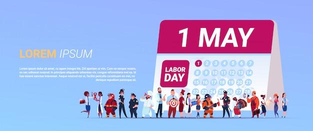 Tag der arbeit-plakat mit gruppe von personen von verschiedenen besetzungen, die kalender mit datum 1. mai stehen Premium Vektoren
