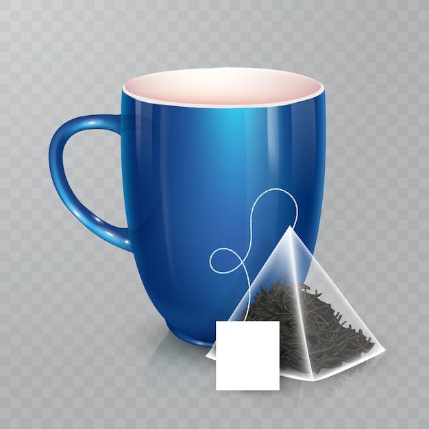 Tasse für tee oder kaffee. keramikbecher auf transparentem hintergrund. realistischer pyramidenförmiger teebeutel mit etikett. Premium Vektoren