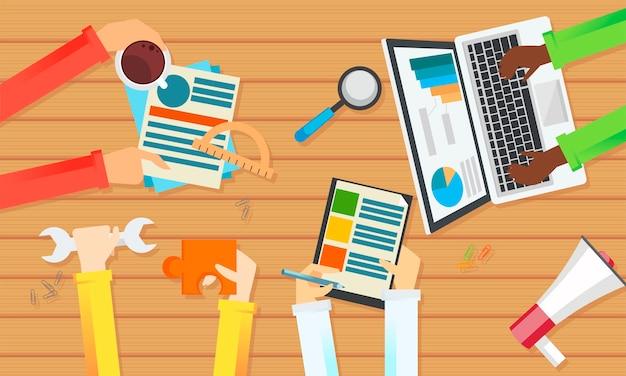 Teamarbeit banner draufsicht einer tabelle. hände mit gegenständen, dokument, kaffee, puzzle. Kostenlosen Vektoren