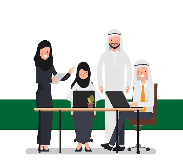 Teamwork von moslemischen arabischen leuten im büroplatz. internationale unternehmensarbeit. Premium Vektoren