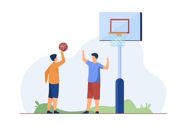 Teenager, die basketball auf der straße spielen. flache vektorillustration des balls, des jungen, des freundes. sportspiel und sommeraktivitätskonzept Kostenlosen Vektoren