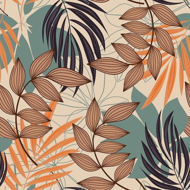 Tendenzieren sie abstraktes nahtloses muster mit bunten tropischen blättern und anlagen auf beige Premium Vektoren