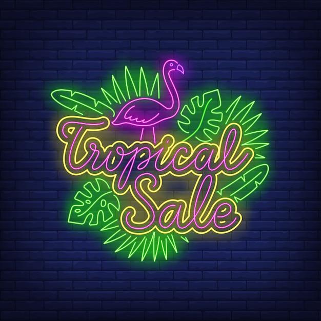 Tropischer verkaufsneontext mit flamingo und blättern Kostenlosen Vektoren