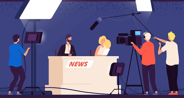 Tv-studio-news. journalisten stage desk tv broadcasting professionelle crew kameramann fernsehinterview show nachrichtensprecher konzept Premium Vektoren