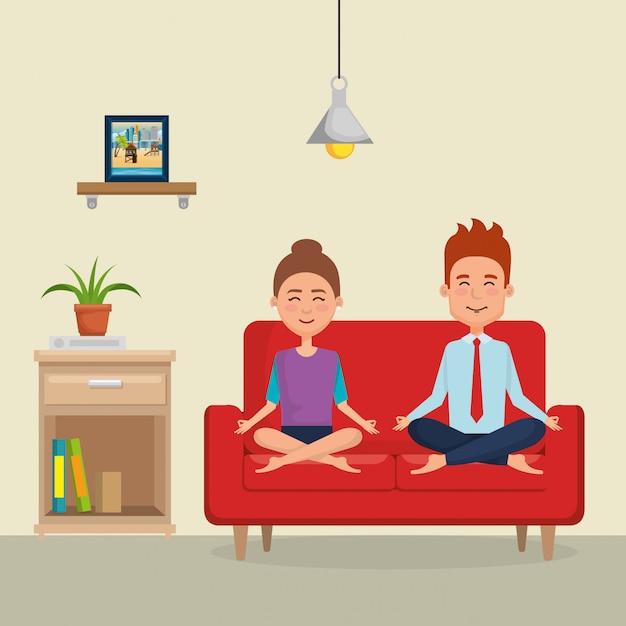 Übendes yoga der paare auf dem sofa Premium Vektoren