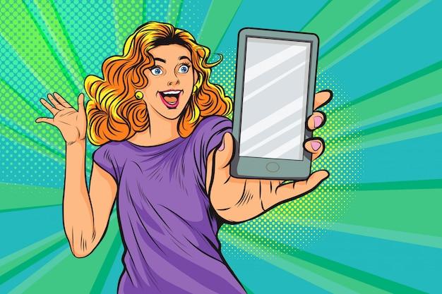 Überraschte frau mit smartphone in der pop-art Premium Vektoren