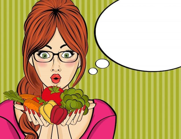 Überraschte pop-art-frau, die gemüse in ihren händen hält Kostenlosen Vektoren