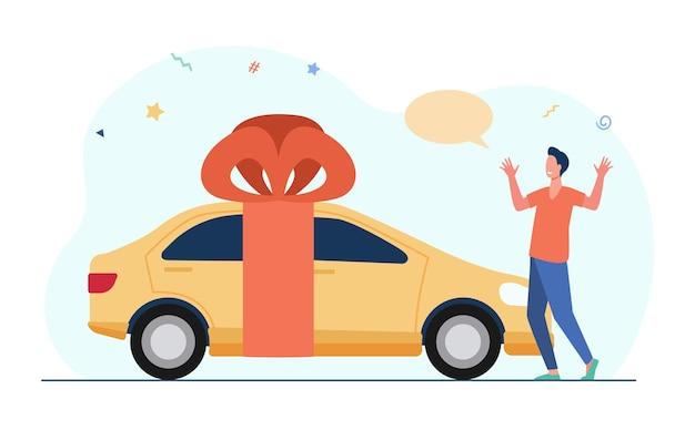 Überraschter junger mann, der auto als geschenk erhält. gelbes fahrzeug, rotes band, bogen. karikaturillustration Kostenlosen Vektoren