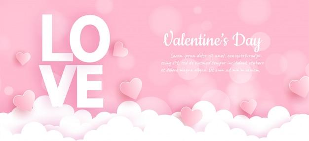 Valentinstagfahne mit liebeswort und herzen auf wolken Premium Vektoren