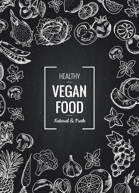 Vector vertikalen hintergrund der tafel mit gemüse und früchten und setzen sie für text. organische zeichnungsillustration des skizzengekritzels gemüse und der frucht Premium Vektoren