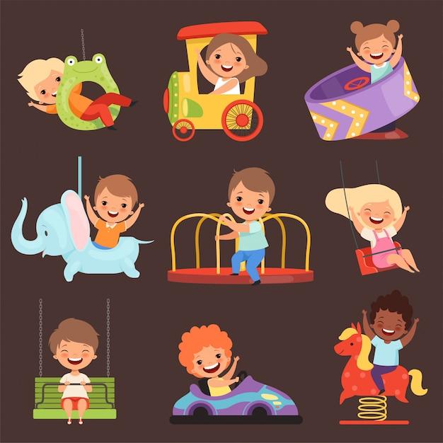 Vergnügungspark kinder. das spielen der jungen und der mädchen der glücklichen und lustigen kinder in den anziehungskräften reiten freundkarikaturleute Premium Vektoren
