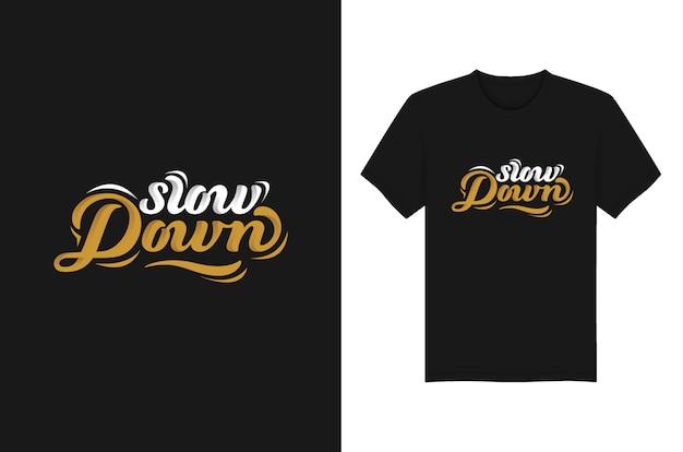 Verlangsamen sie beschriftungs-typografie-t-shirt und kleiderentwurf Premium Vektoren