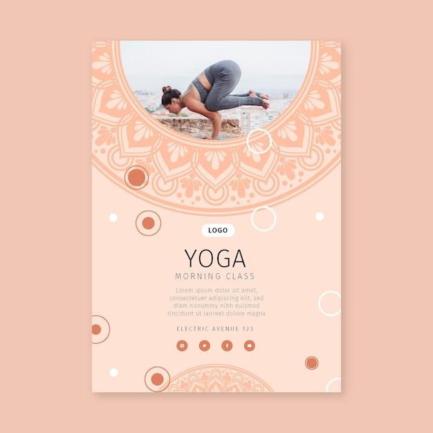 Vertikaler flyer der morgen-yoga-klasse Kostenlosen Vektoren