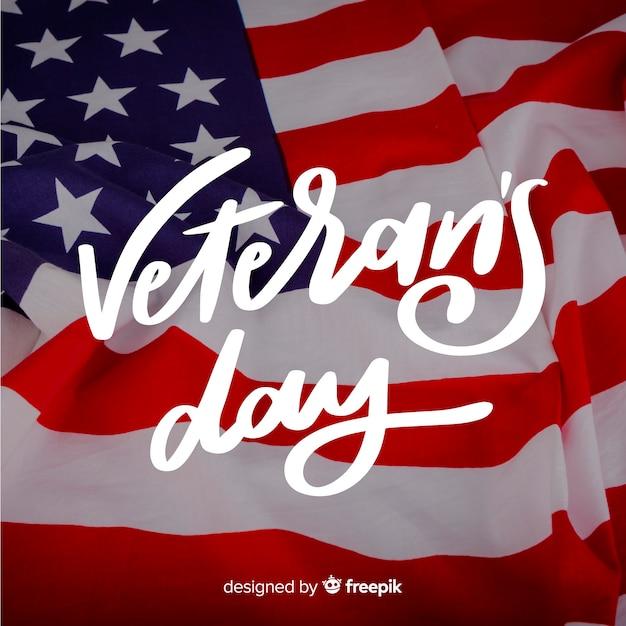 Veterans day schriftzug mit flagge Kostenlosen Vektoren