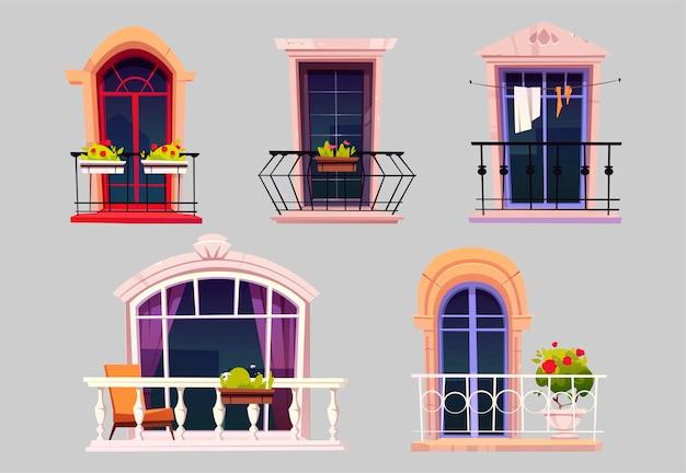 Vintage balkone mit glastüren, fenstern, blumen in töpfen und zäunen. Kostenlosen Vektoren
