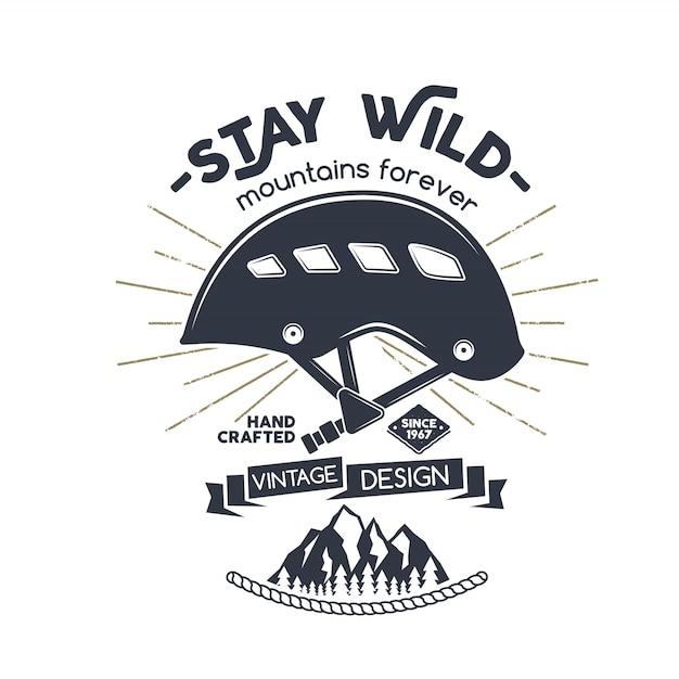 Vintage bergsteigerabzeichen. kletterlogo, vintage emblem. kletterausrüstung - helm und text bleib wild - berge für immer Premium Vektoren