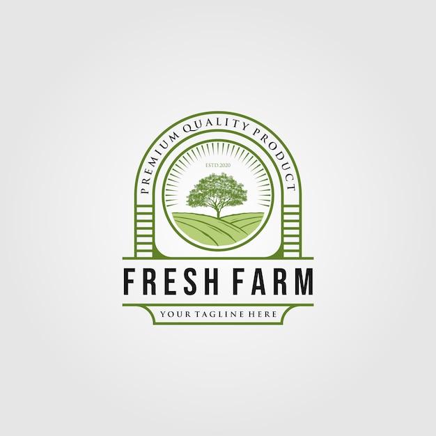 Vintage frische farm mit baumlogodesigns Premium Vektoren