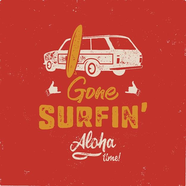 Vintage handgezeichnete sommer. gegangenes surfen - aloha zeitzitat mit altem auto der brandung und shaka zeichen Premium Vektoren