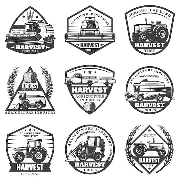 Vintage monochrome landwirtschaftliche maschinenetiketten, die mit mähdreschern des ladertraktortrucks der erntefahrzeuge für den erntetransport isoliert werden Kostenlosen Vektoren