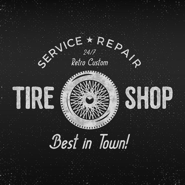 Vintage reifen shop etikettendesign. werkstattreparaturplakat. retro monochromes design. Premium Vektoren