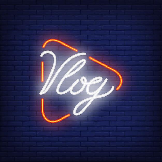 Vlog-leuchtreklame auf backsteinmauer. heller beleuchtungstext auf spielknopf. Kostenlosen Vektoren