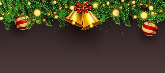 Websitetitel oder -fahne verziert mit goldener klingelglocke, kiefernblättern, flitter und beleuchtungsgirlande auf braunem copyspace. Premium Vektoren