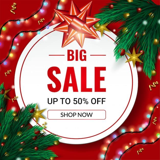 Weihnachtsgroße verkaufsfahne bis 50% weg vom verkauf mit gezierten baumasten und girlandenlichtern auf rot Premium Vektoren