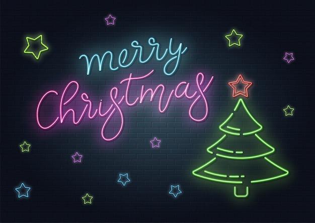 Weihnachtsgrußkarte, hintergrund. weihnachtsbeschriftung im neonstil auf backsteinhintergrund. blaue und lila neonfarben, neonsterne und weihnachtstannenbaum. hand gezeichnete beschriftung. illustration Premium Vektoren