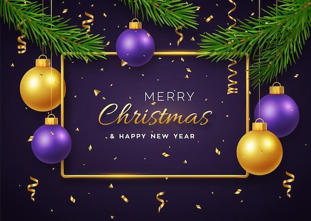 Weihnachtshintergrund mit hängenden glänzenden goldenen und lila kugeln goldmetallrahmen und tannenzweigen Premium Vektoren