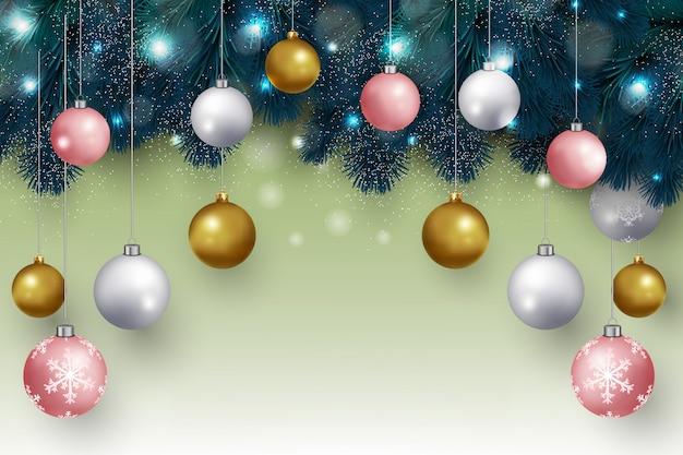 Weihnachtshintergrund mit hängenden weihnachtsbällen und tannenzweigen entwerfen vektor Premium Vektoren