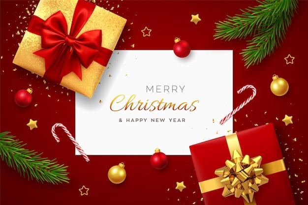 Weihnachtshintergrund mit realistischen roten geschenkboxen des quadratischen papierfahnen mit roten und goldenen kiefernzweigen Premium Vektoren