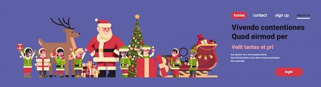 Weihnachtsmann elfen rentier in der nähe von tannenbaum dekoration geschenkbox weihnachten urlaub neujahr Premium Vektoren